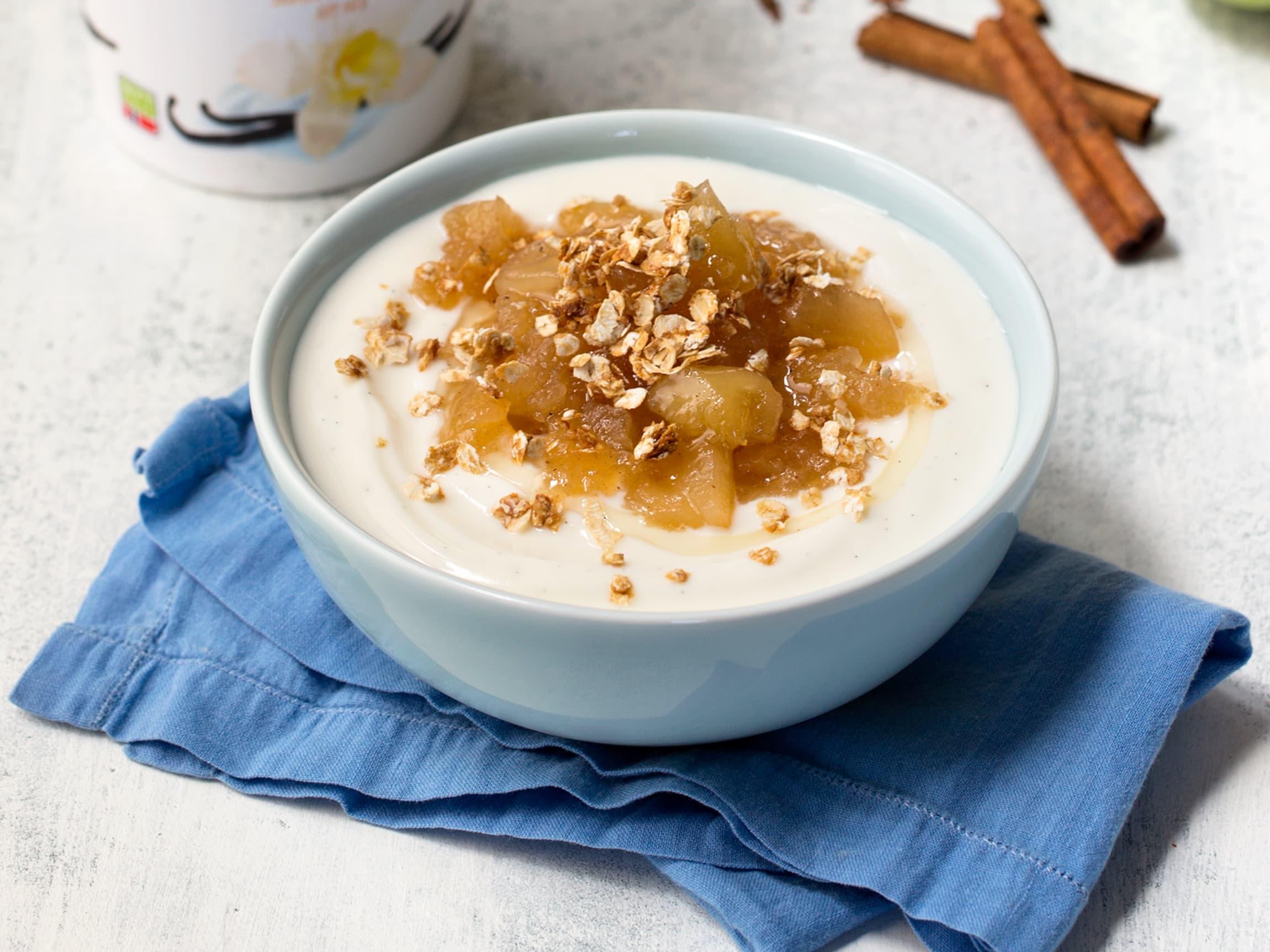 Yoghurt toppet med eplemos, kanel og havregryn