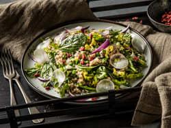 God vegetarsalat med byggryn og gojibær