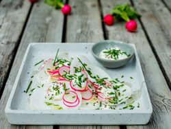Nepe- og reddiksalat med yoghurtdressing