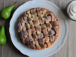 Pai med hvitvinskokte pærer og vaniljekrem