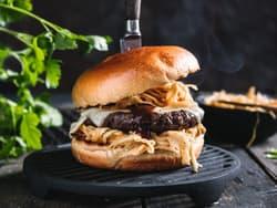 BBQ cheeseburger med coleslaw