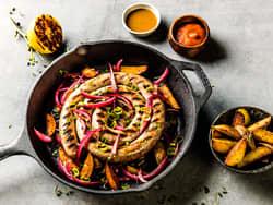 Salsiccia med syltet rødløk og potetbåter