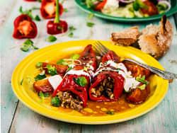 Fylt paprika med fyldig tomatsaus