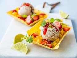 Desserttaco med karamellis og mangosalsa