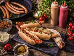 Wienerpølser i brød med godt tilbehør