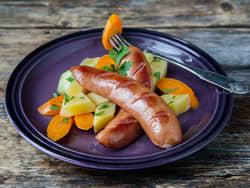 Røkte kjøttpølser med smørdampede rotgrønnsaker