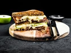 Ostesmørbrød med Norvegia® vellagret, eple, bacon og karamellisert løk