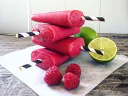 Pinneis med bringebær, mango, lime og yoghurt
