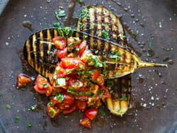 Grillet aubergine med tomatsalat