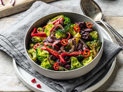 Vegetarwok med brokkoli, bønner og grillet paprika