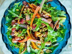 Varm gulrotsalat med ovnsbakte gulrøtter og druer
