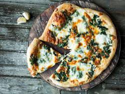 Hvit pizza med creme fraiche og spinat