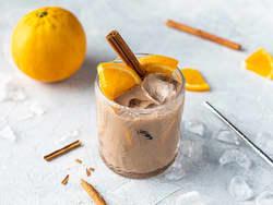 Iskaffe med appelsin og kanel