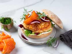 Fiskeburger med røkelaks og rødløk
