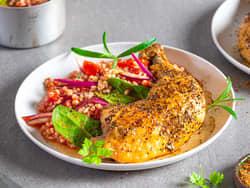 Ovnsbakte kyllinglår med byggryn og tomat