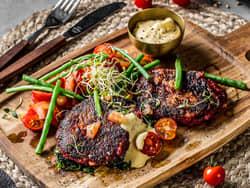Vegetarbiff med bearnaisesaus og tomatsalat