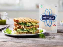 Saftig ostesmørbrød med Norvegia® Lett, pesto og avokado