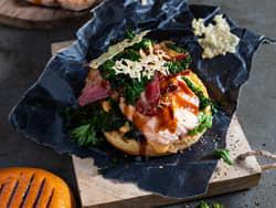 Grillet lakseburger med bacon, grønnkål og parmesan