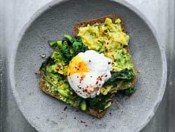 Toast med avokado og egg