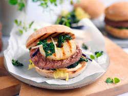 Hamburger med ananas og stekt grønnkål