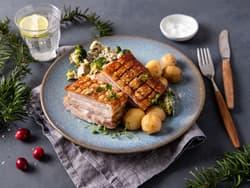 Ribbe med brokkolisalat og saltkokte poteter