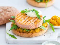 Grillet lakseburger med mangosalsa