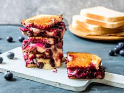 Søt toast med brie og bær
