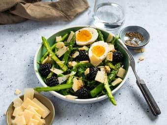 Salat med asparges, bær og parmesan