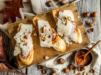 Bruschetta med pesto, parmesan og hasselnøtter