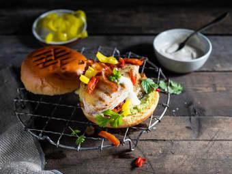 Kyllingburger med bacon, guacamole og karamellisert løk