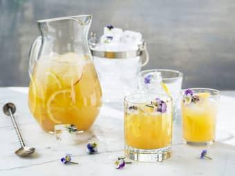 Mocktail punch med eplejuice, sitronsaft og einebær
