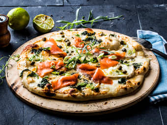 Hvit pizza med røkelaks