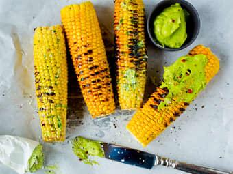 Grillede maiskolber med avokadosmør