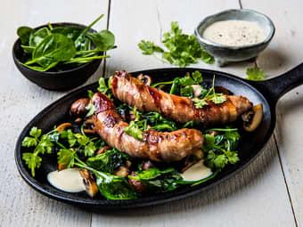 Baconsurret pølse med stekt sopp og aioli