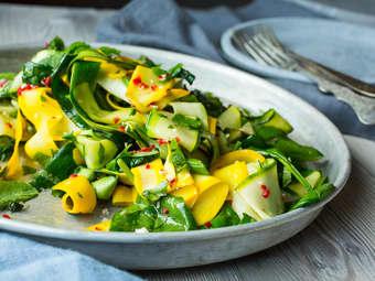 Squash- og spinatsalat