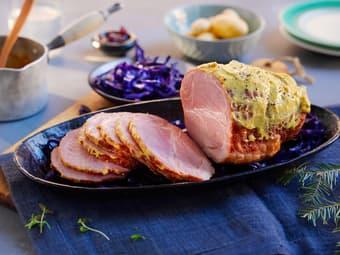 Sennepsgratinert juleskinke med rødkål og poteter