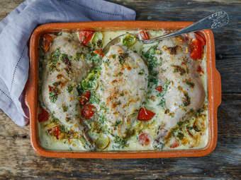 Kylling i form med urter, tomat og fløte