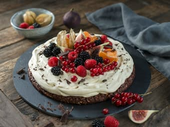 Mandelbunn med vaniljekrem og bær