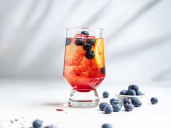 Sval mocktail med blåbær og iste