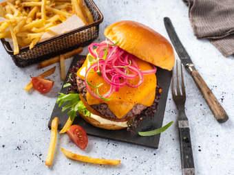 Burger med ekte cheddar og syltet rødløk