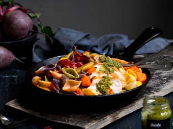 Pasta med kyllingbryst, bakte høstgrønnsaker og sprøstekt spekeskinke