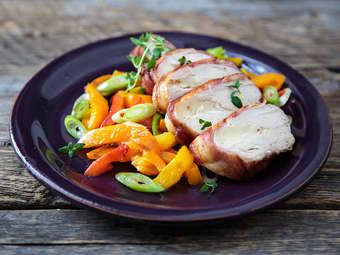 Kyllingfilet i ovn med bacon og paprikasalat