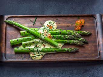 Grillede grønne asparges med mousselinesaus og lakserogn