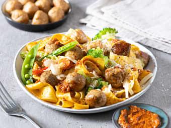 Pasta med kjøttboller og rød pesto