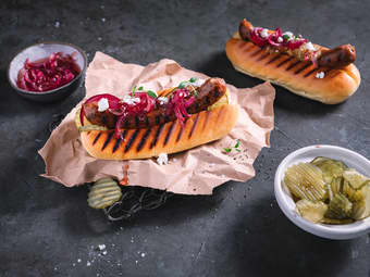 Gresk lammepølse med feta og syltet rødløk