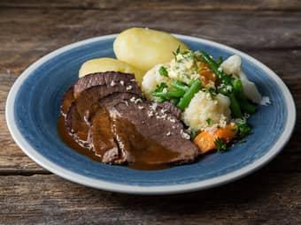 Oksestek med hjemmelaget brun saus og grønnsaker med pepperrotsmør