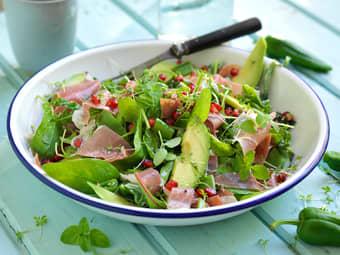 Salat med spekeskinke og jalapeno dressing