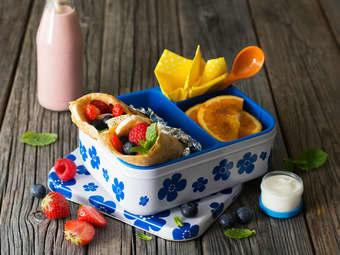 Grove pannekaker med frisk frukt og bær