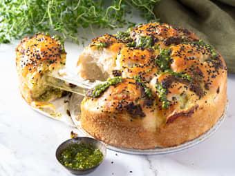 Brytebrød fylt med ost og pesto
