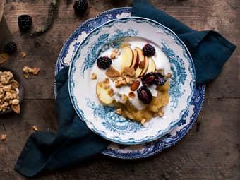 Hjemmelaget eplemos med yoghurt og granola